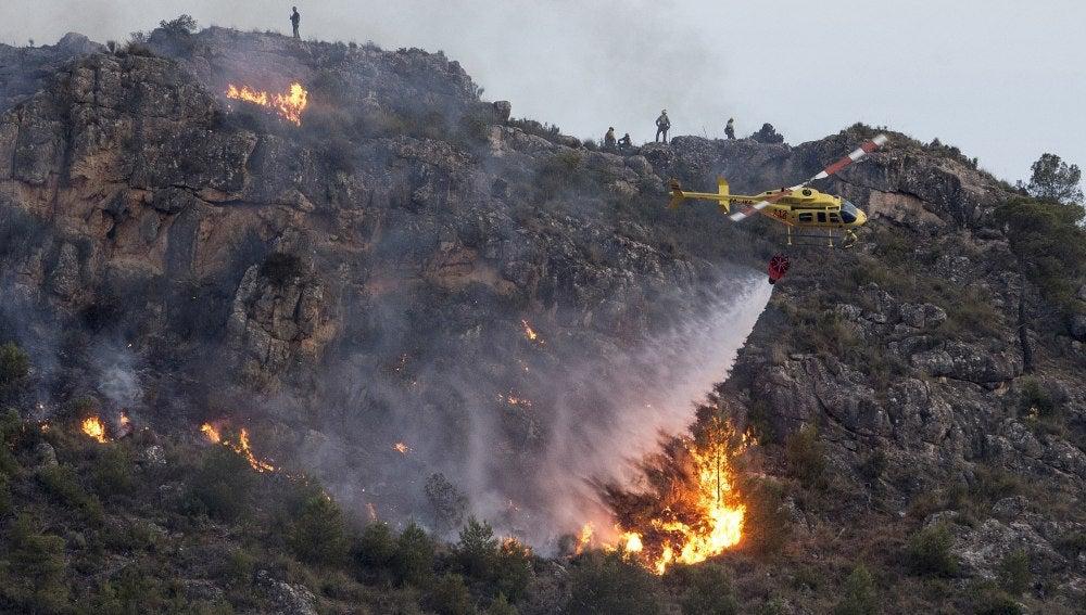 El incendio está estabilizado y se retiran medios aéreos de Madrid y Valencia