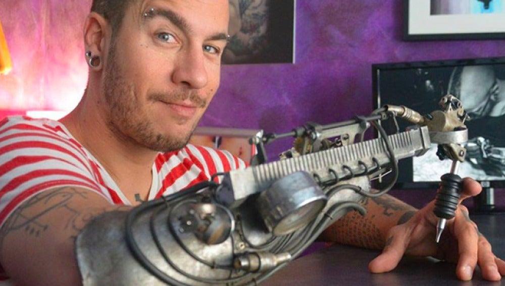 El primer tatuador con una prótesis tatuadora