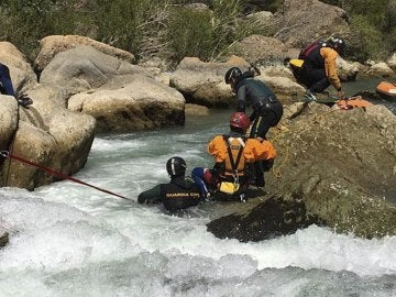 Fallece al volcar la balsa en la que practicaba raffting en el río Gállego