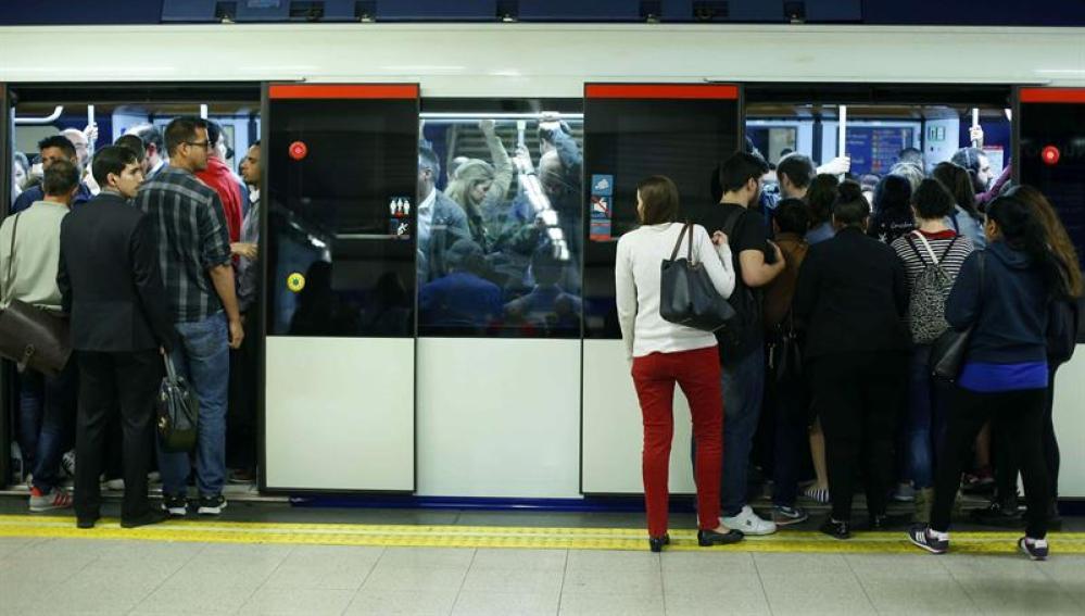 Un vagón del metro de Madrid atestado de gente.