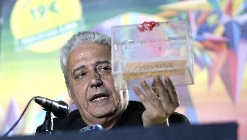 Anthony Blake guarda en una urna el resultado de las elecciones generales