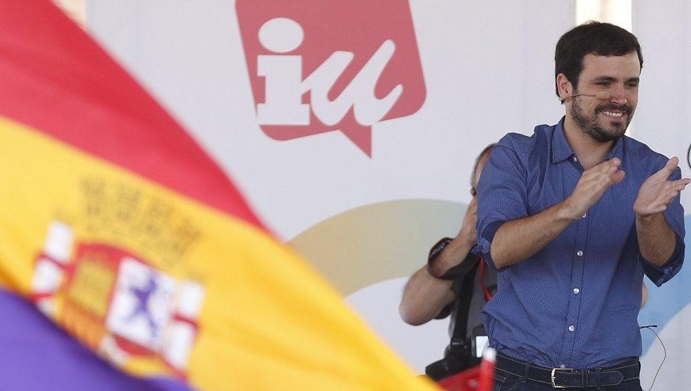 El candidato de Unidos Podemos, Alberto Garzón, durante un mitin en el distrito de Vallecas