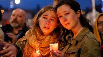Funerales, velas y flores recuerdan a las víctimas