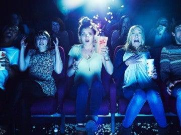 Gente viendo una película de terror