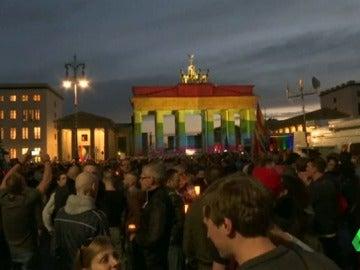 Frame 0.0 de: El recuerdo a las víctimas de Orlando marcan las celebraciones del Orgullo Gay en decenas de ciudades