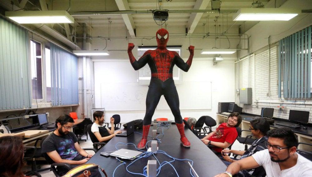 Moisés Vázquez, disfrazado de Spiderman