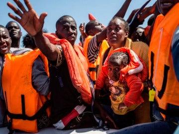 Imagen de archivo de una patera con migrantes