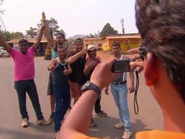 """Frame 49.200253 de: Matías a su primo mientras bailan con unos indios en la carretera: """"Vamos a quedar terceros pero me la suda tío"""""""