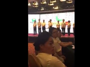 Azotes en público a unos empleados chinos por sus malos resultados