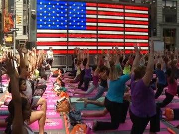 Frame 0.0 de: Clases en Time Square, homenajes en la India... el yoga celebra su día con multitud de actos
