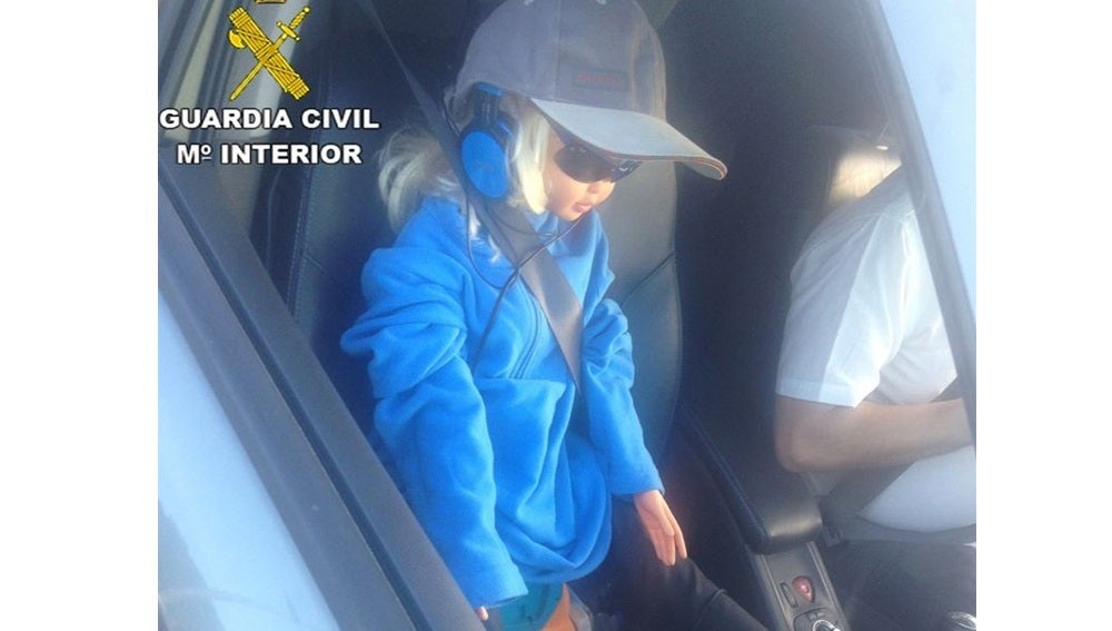 Conductor circulando con una muñeca por el carril BUS-VAO