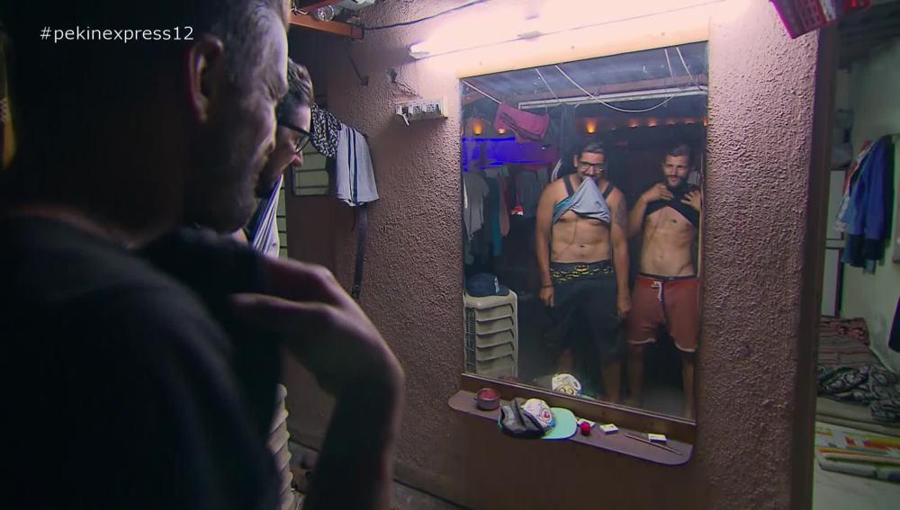 los primos se miran en el espejo