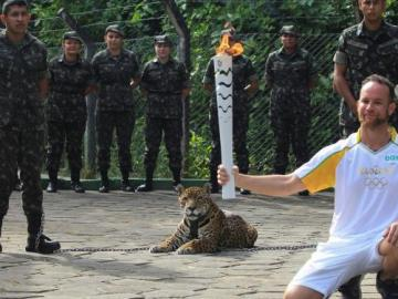 'Juma' posa junto a la antorcha olímpica