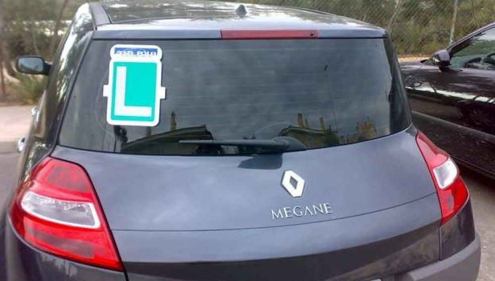 Imagen de un coche con la 'L' de conductor novel