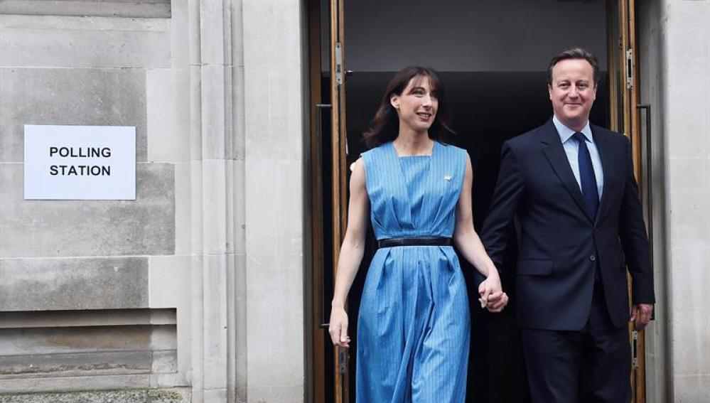 David Cameron vota junto a su mujer en el referéndum