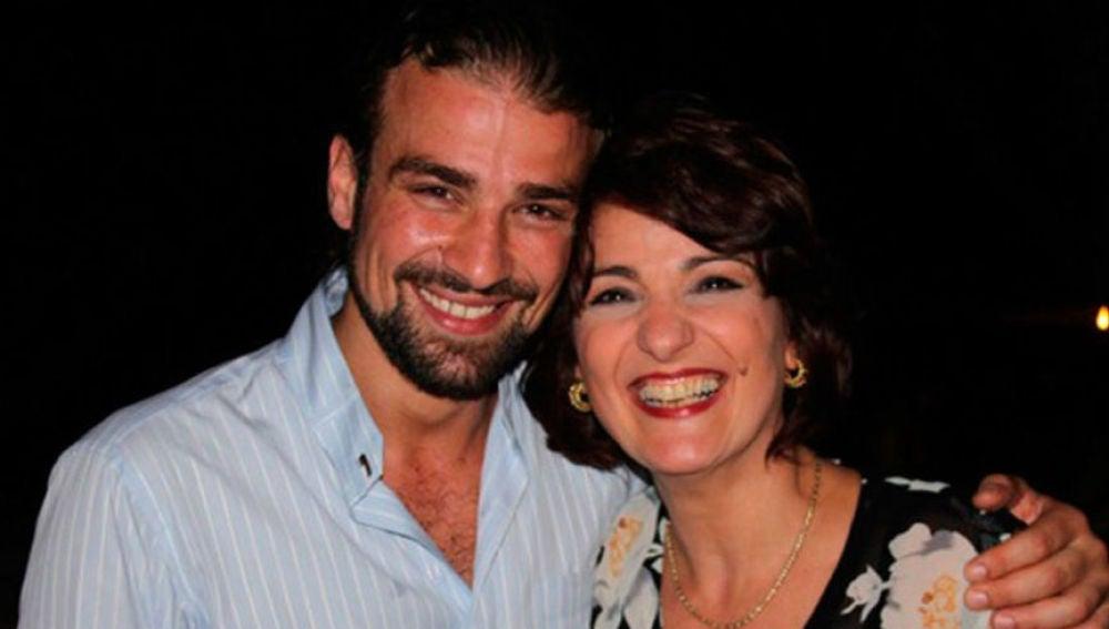 El cámara Mario Biondo posa junto a su madre, Santina