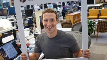 En la imagen puede verse cómo tiene tapada la webcam y el micrófono de su ordenador personal