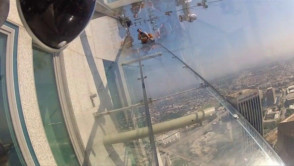 Frame 45.36907 de: Inauguran el 'Skyslide', un tobogán de cristal en la fachada de un rascacielos