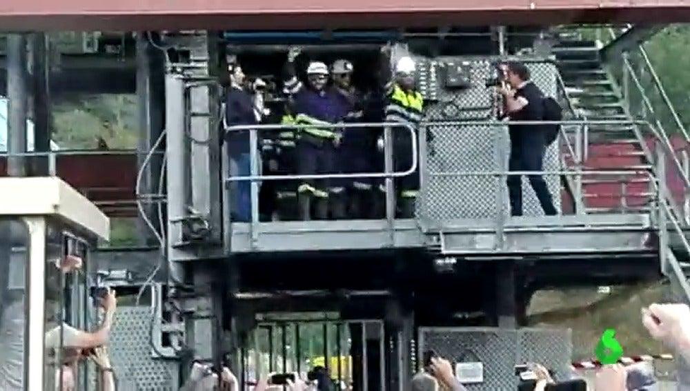 Frame 1.956552 de: Los mineros en huelga de hambre de 'Pozo Aurelio' abandonan su encierro