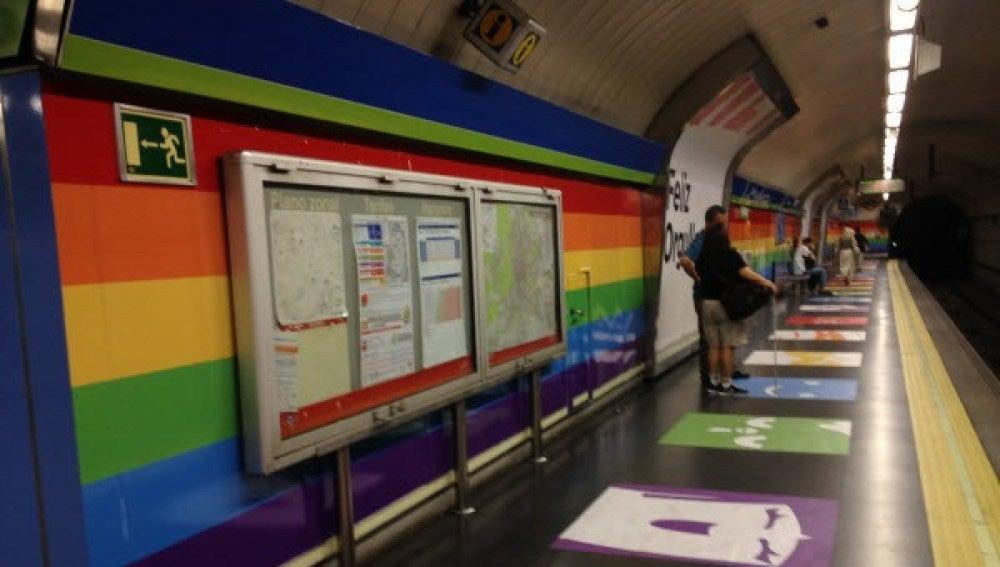 Interior del metro de Chueca con la bandera LGTB
