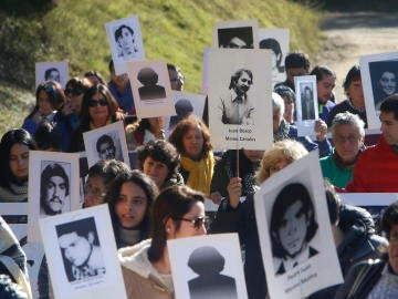 Un grupo de personas Familiares de Detenidos Desaparecidos de la Región del Maule (Archivo)