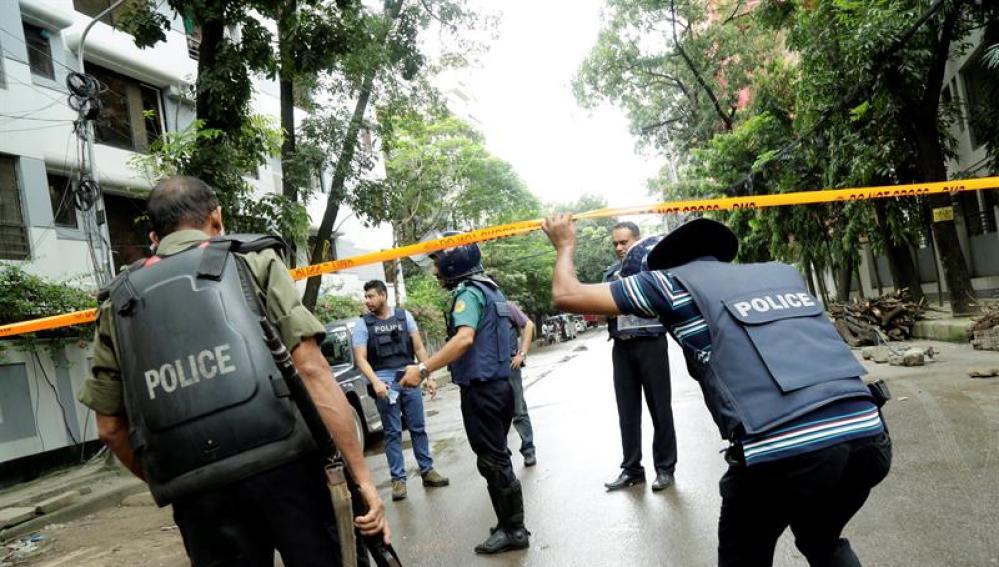 Varios policías en el lugar del ataque en Dacca