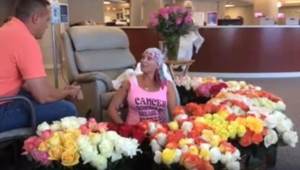 Sorpesa a una mujer el último día de su sesión de quimioterapia