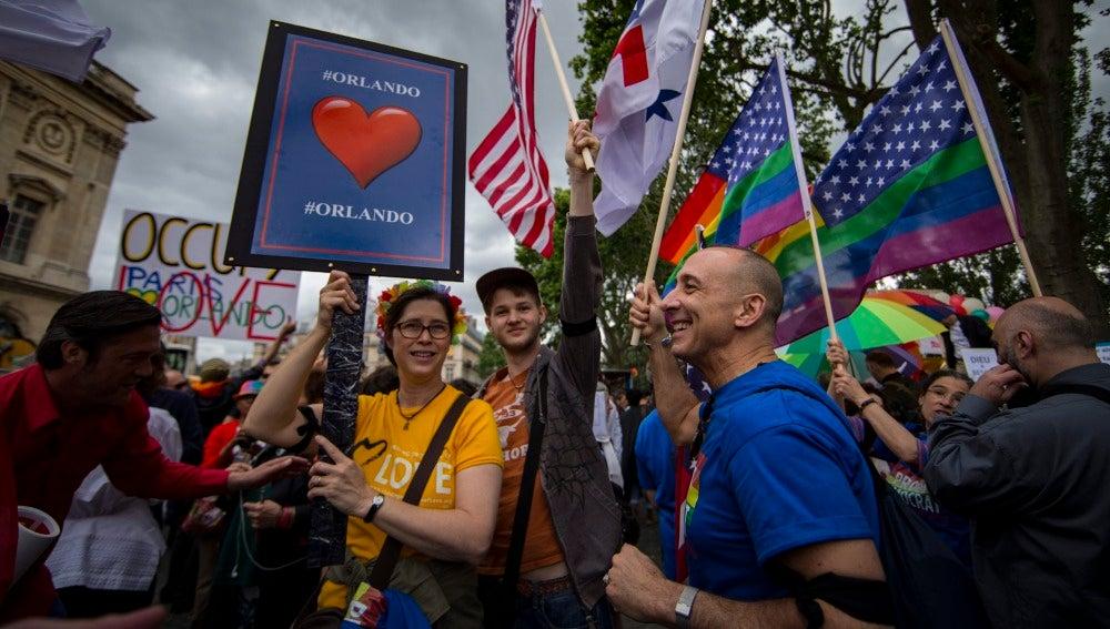Miles de personas desfilan en París para celebrar la diversidad sexual y recordar a las víctimas de Orlando