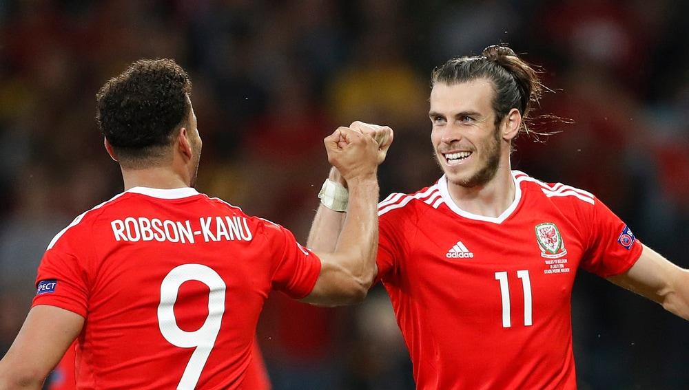 Gareth Bale y Robson-Kanu celebran la victoria ante Bélgica