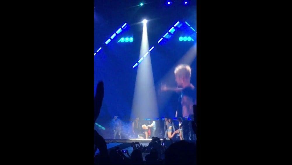 Justin Bieber se cae del escenario durante una actuación en Florida