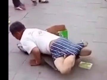 Descubre que un hombre que fingía no tener piernas sí las tiene