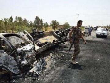 Un soldado iraquí inspecciona camiones de Daesh tras un enfrentamiento en Faluya