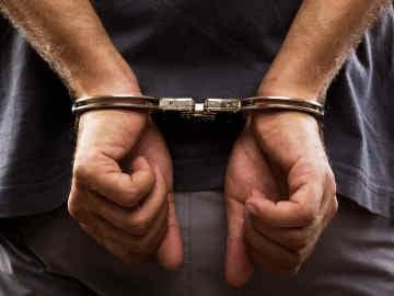 Hombre arrestado con unas esposas