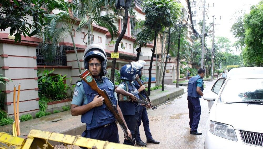 La Policía investigaba a cinco de los siete terroristas del ataque en Bangladesh
