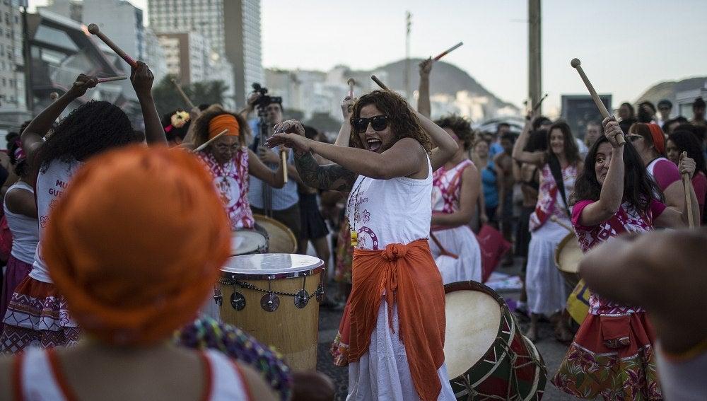La 'Marcha de las Putas' de Brasil reúne a un centenar de feministas contra el machismo