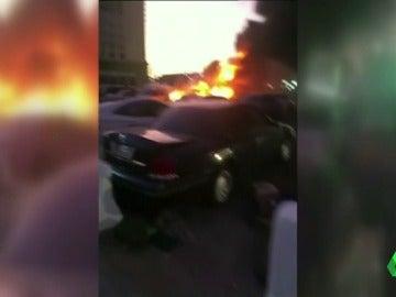Frame 9.735566 de: Al menos dos policías muertos en un ataque suicida cerca de la Mezquita del Profeta en Arabia Saudí