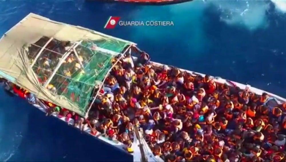Frame 8.21939 de: Rescatan a 4.500 inmigrantes en 30 operaciones en el Mediterráneo