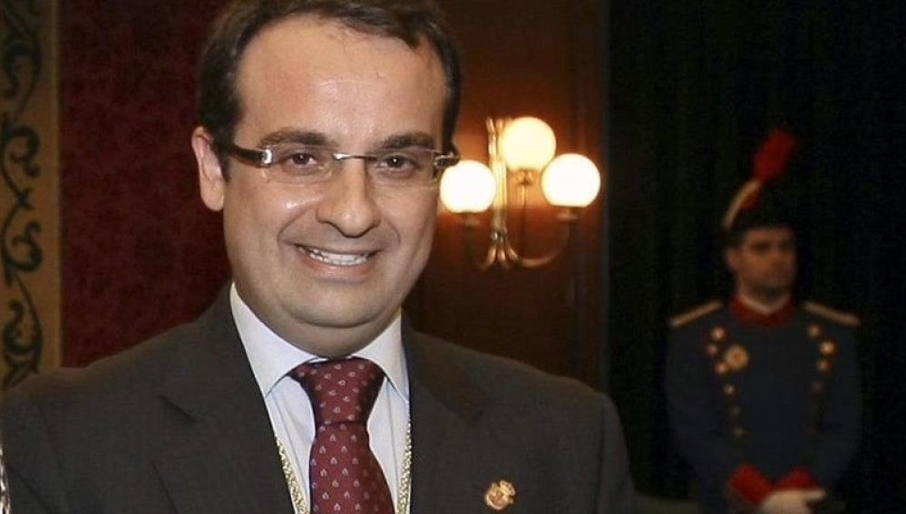 Foto cedida por la Comunidad de Madrid de la toma de posesión de Daniel Ortiz como alcalde de la ciudad de Móstoles, en 2012