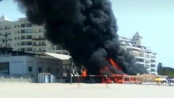 Un incendio calcina un chiringuito en una playa de Marbella