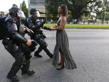 La imagen de una mujer negra frente a la Policía durantes la protestas en EEuU contra la violencia racial conmueve al mundo