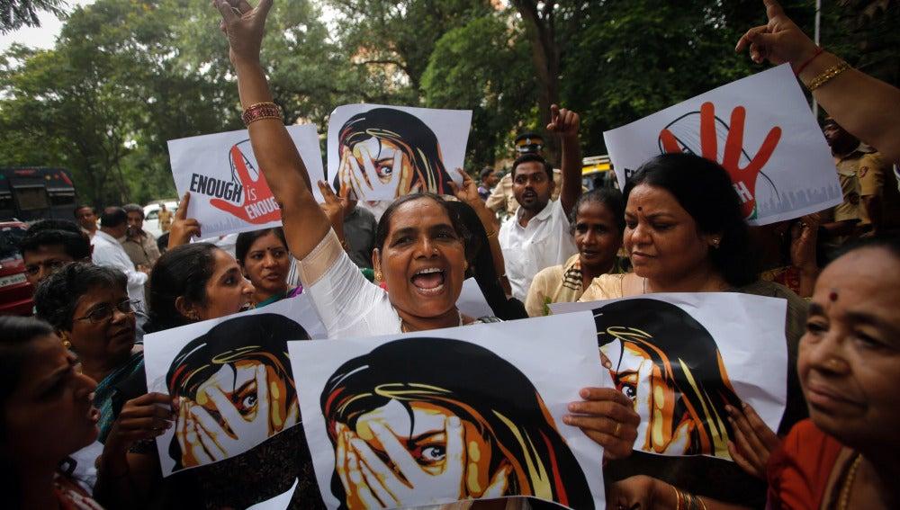 Resultado de imagen para Afeitan la cabeza a dos mujeres por resistirse a la violación en la India