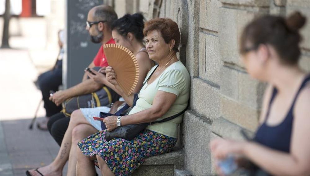 Una mujer en Ourense afronta la ola de calor.