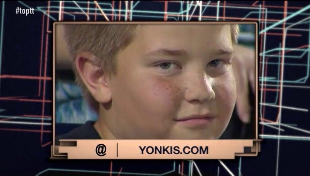 Frame 30.202595 de: Sus miradas a cámara y sus gestos durante un partido de béisbol, convierten a este niño en viral