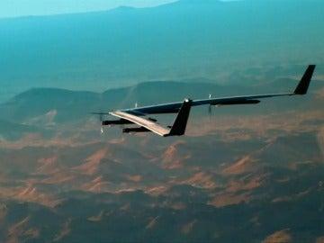 Frame 22.28149 de: Facebook prueba con éxito el dron 'Aquila' creado para llevar Internet a zonas remotas