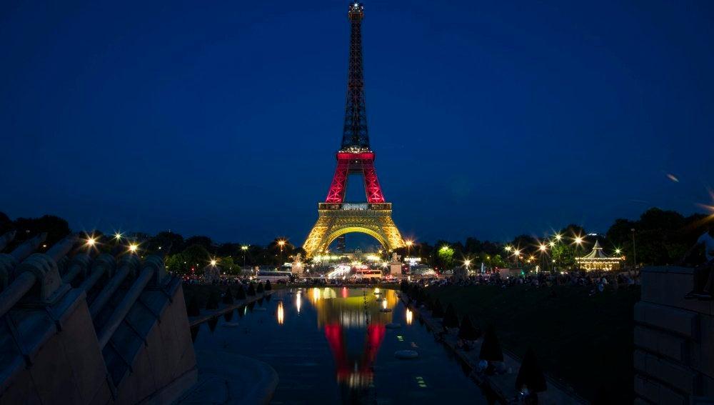 La Torre Eiffel se ilumina con los colores de la bandera de Alemania