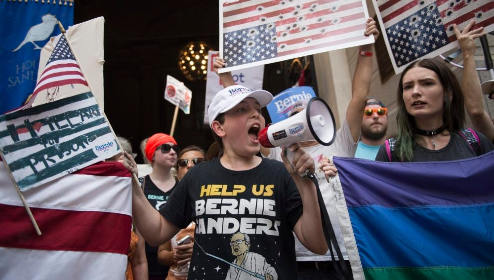 Jóvenes se manifiestan en apoyo a Bernie Sanders