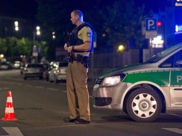 Un policía alemán hace guardia cerda de donde ha tenido lugar la explosión en Ansbach