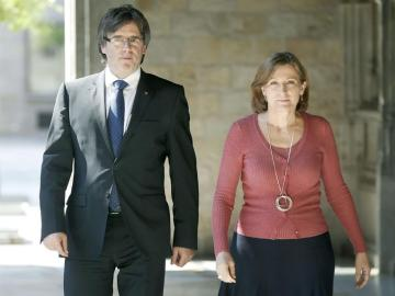 El presidente de la Generalitat, Carles Puigdemont, junto a la presidenta del Parlament, Carme Forcadell