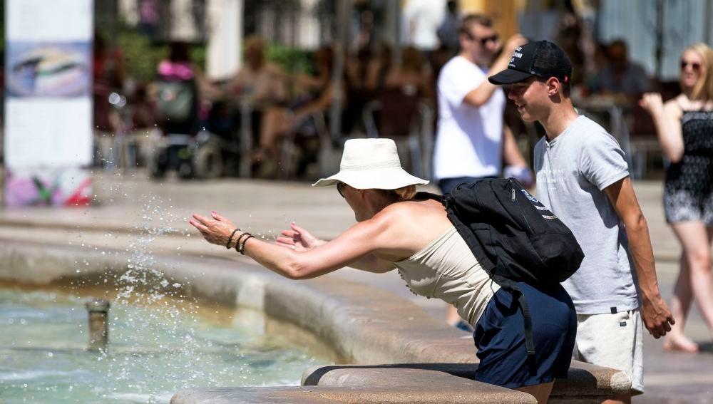 Turistas junto a una fuente de agua