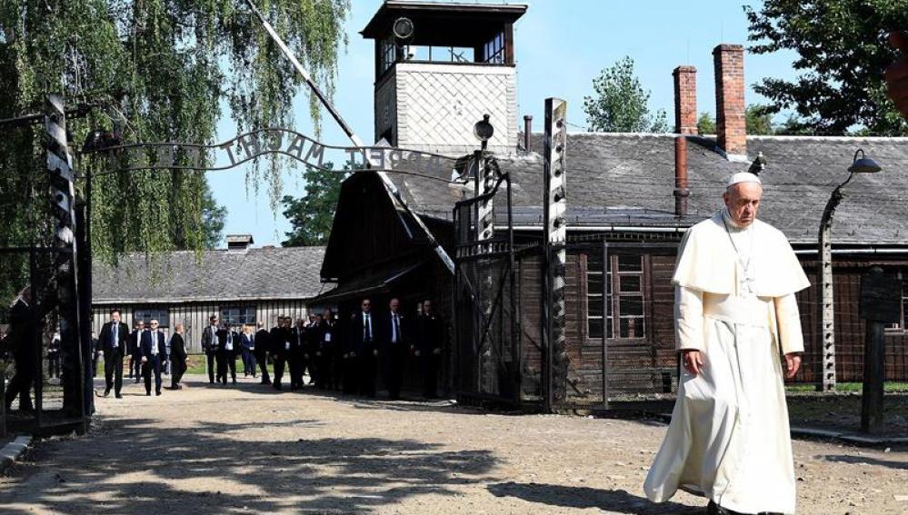 """El papa Francisco atraviesa la puerta """"Arbeit macht Frei"""""""
